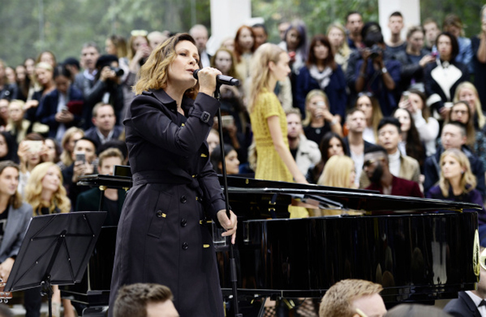 Alison Moyet performing live at the Burberry Womenswear S_S16 Sho_003