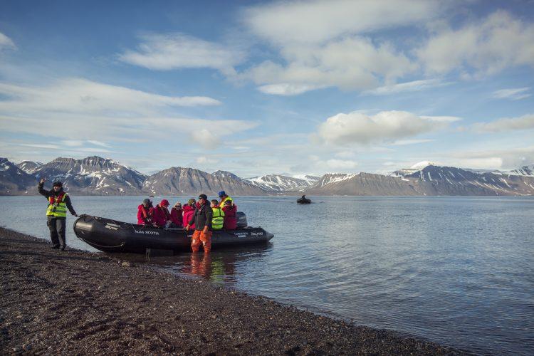 arctic-zodiac-landing-shore-group-landscape-0m4a7861-lg-rgb