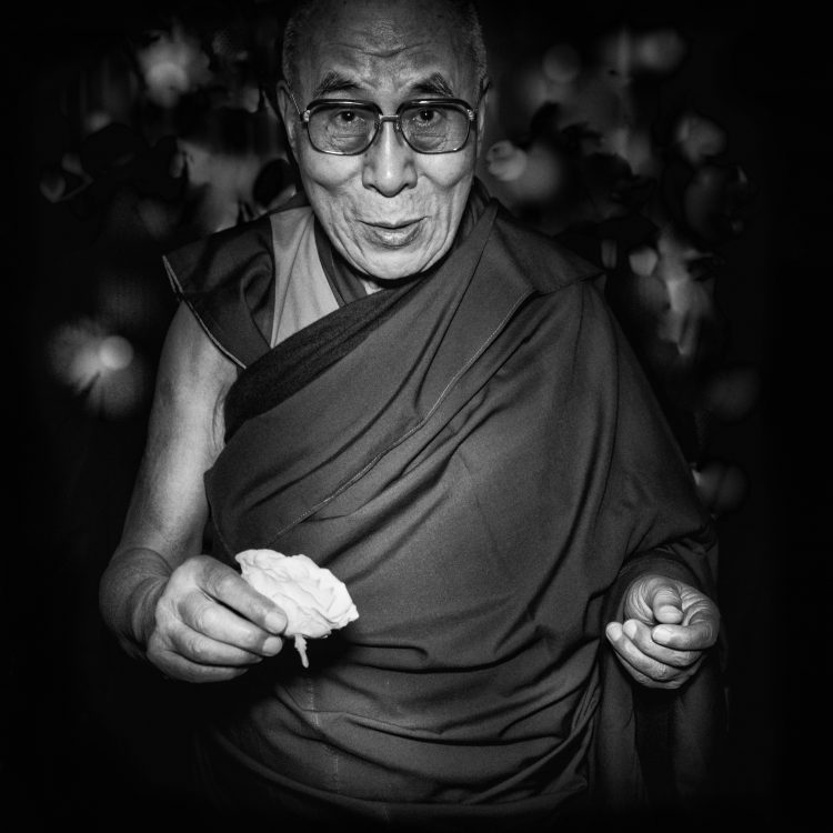 his-holiness-the-dalai-lama-stuart-robertson-peace-in-10000-hands